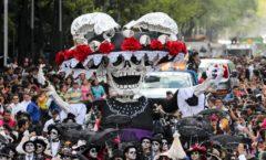 Más de un millón de vivos aplauden el desfile de muertos, Catrinas y calacas