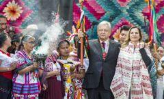 """Entrega del Bastón de Mando por los 68 Pueblos Mesoamericanos de México a AMLO """"Hagamos alianza de lo mucho que tenemos en común y reconozcamos que todos necesitamos de todos""""."""
