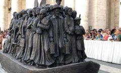 Escultura sobre los migrantes y refugiados en La Plaza de San Pedro