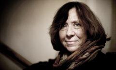Periodista y escritora bielorrusa en lengua rusa, en 2015 el Premio Nobel de Literatura.