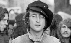 Compilado de voces femeninas, a 40 años del asesinato de Lennon.