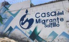 Migrantes duermen en la calle tras cierre de casa en Saltillo