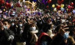En Wuhan reciben 2021 con cubrebocas, pero sin sana distancia