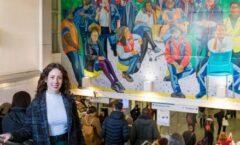 Mexicana rinde colorido tributo a trabajadores de un hospital en Liverpool