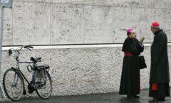 Conflicto entre cardenales y una Iglesia en semáforo rojo