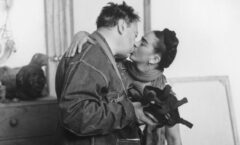 Frida Kahlo y Diego Rivera son sorprendidos, por Lucienne Bloch, cuyas fotografías se exponen