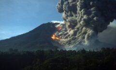 Impresionante erupción del Monte Sinabung