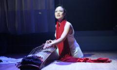 Jen Shyu canta con su cuerpo y danza con su voz