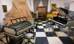 La colección poco común de pianos de un restaurador estadunidense sale a subasta.